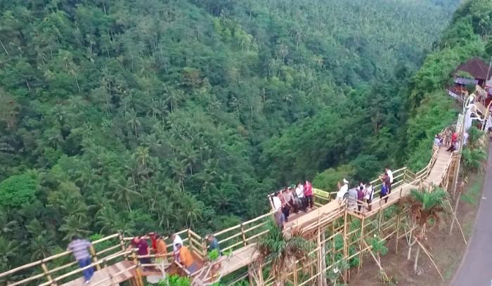MENAWAN: Green Cliff di Desa Yeh Embang Kangin, menjadi tempat wisata selfie baru di Jembrana.