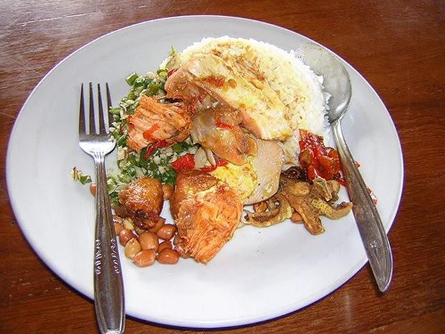 TRADISIONAL: Cara memasak di Nasi Ayam Kedewatan Ibu Mangku menggunakan metode tradisional.
