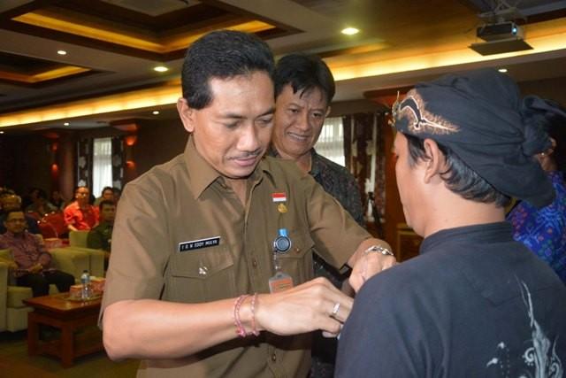 TNGKATKAN NASIONALISME: Asisten Administrasi Umum Setda Kota Denpasar IGN Eddy Mulya menyematkan pin kepada salah satu peserta dialog.
