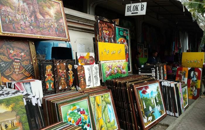 LUKISAN: Lukisan yang dijual di Pasar Seni Sukawati adalah karya seniman setempat.