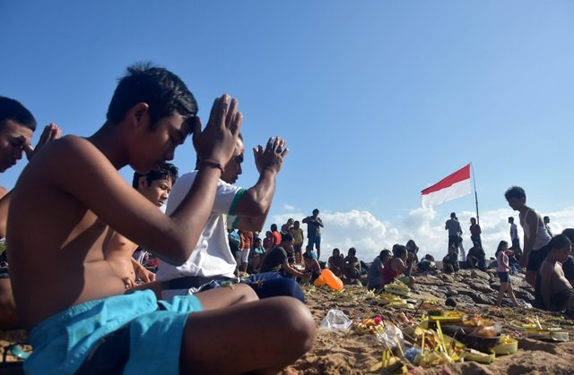 BANYU PINARUH: Sejumlah umat Hindu melakukan Banyu Pinaruh di Pantai Sanur, Minggu (20/8).