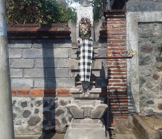 TUGU : Selain melaksanakan pacaruan, pekarangan rumah yang dianggap kurang baik, bisa juga dibangun Tugu pemujaan  khusus, tempat berstananya  Sang Hyang Indra Belaka