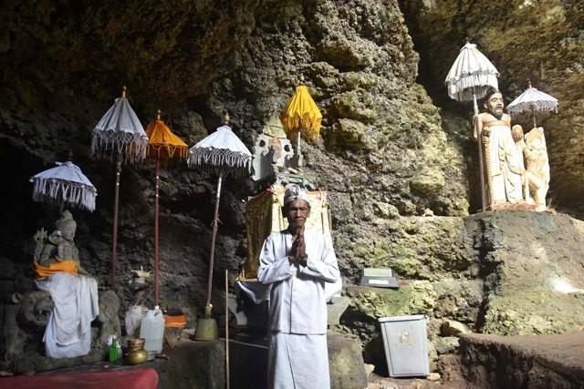 PURA GOA PETENG: Jero Mangku I Ketut Kecuh selalu siap melayani mereka yang mau melukat di Pura Goa Peteng Alam Tunjung Mekar.