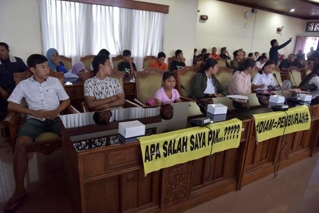 ADUKAN NASIB: Sejumlah atlet yang datang ke DPRD Bali, Senin (18/9).