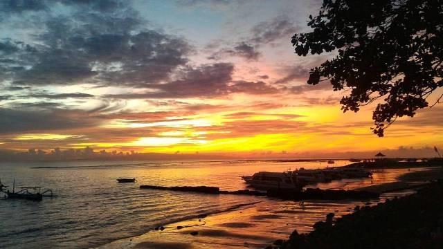 Menunggu Pesona Matahari Terbit  dari Sanur Street Beach Walk