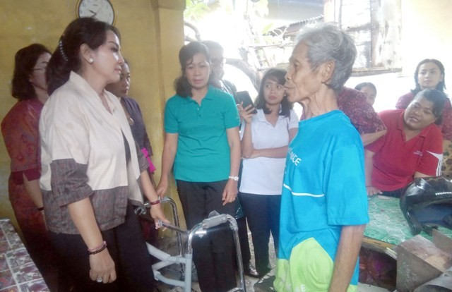 Ketua K3S Selly Mantra Serahkan Bantuan Kursi Roda dan Tongkat