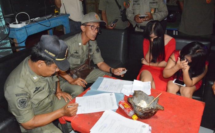 Ini Foto-foto Para Cewek Kafe yang Beroperasi Dekat Pura di Denpasar
