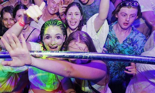 Berbasah-basah di Schoolies Penuh Warna, Ini Foto-fotonya