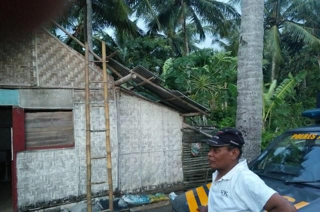 Diterjang Angin Kencang, Atap Rumah Warga Melaya Hancur