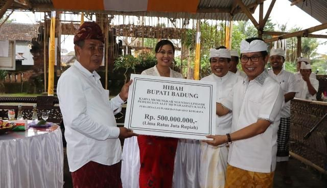 Sekda Badung Serahkan Hibah Rp 500 Juta di Banjar Adat Kurubaya