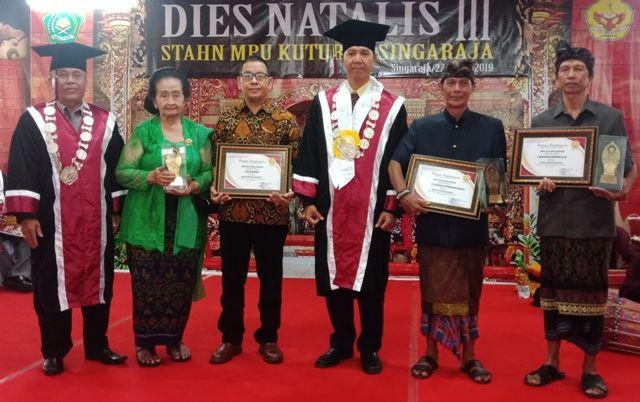 STAHN Mpu Kuturan Beri Award Untuk Tokoh Pendidikan Agama Hindu