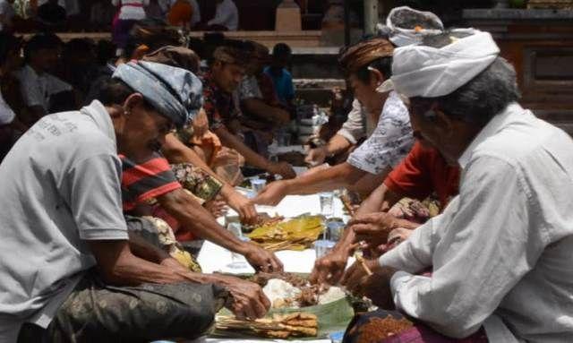 Menjaga Persatuan, Warga Pakuseba Gelar Tradisi Magibung