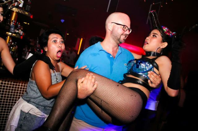 "Guest Star DJ, Sexy Dancer dan Crowd ""Menggila""'  di Destino"