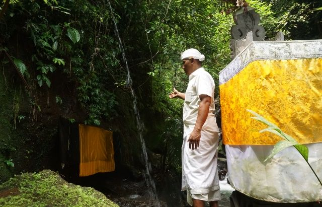 Orang Gangguan Jiwa hingga Kena Bebai, Malukat di Goa Giri Campuhan