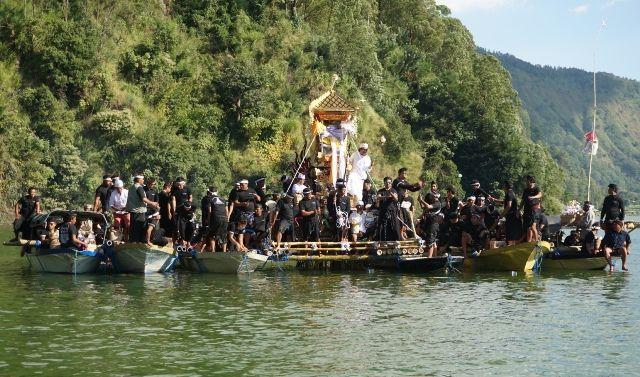 Warga Terunyan Gelar Upacara Ngaben, Bade Diusung Empat Perahu