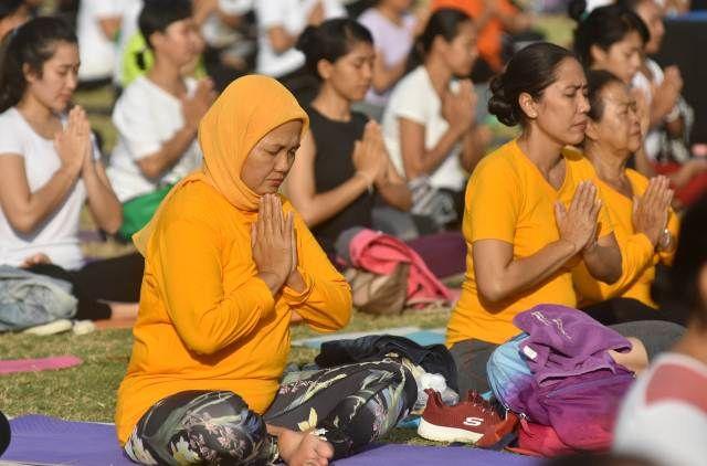 1.800 Orang Ikuti Hari Yoga Internasional di Lapangan Bajra Sandhi