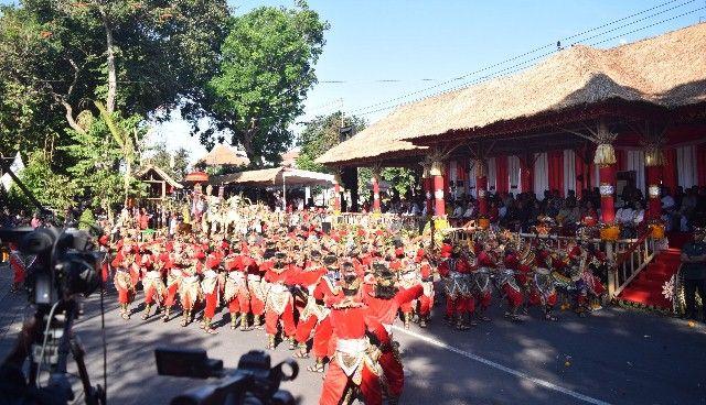 Buleleng Suguhkan Tari Pindekan untuk Jokowi dalam Pawai PKB