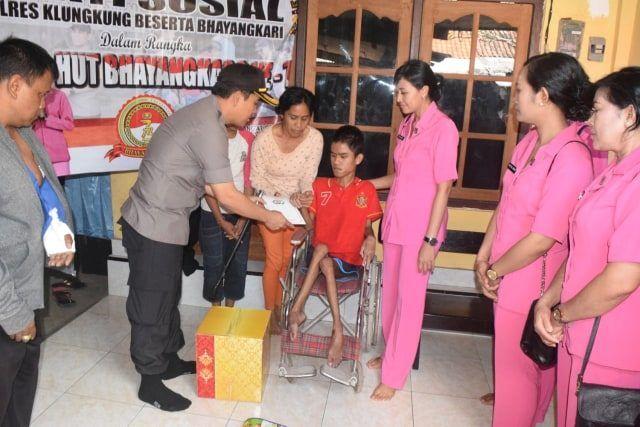 HUT Bhayangkara,  Kapolres Klungkung Kunjungi Penyandang Disabilitas