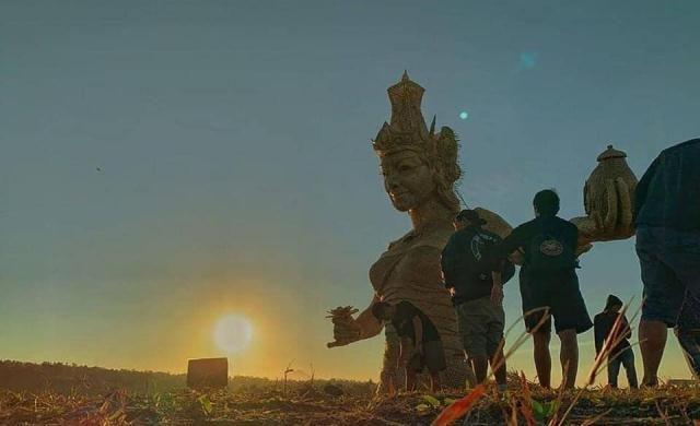 Patung Dewi Sri Jumbo Berbahan Anyaman Bambu Dipasang di Jatiluwih