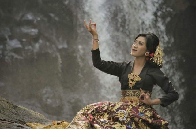 Pegy Debut dengan 'Grhastha Asrama'