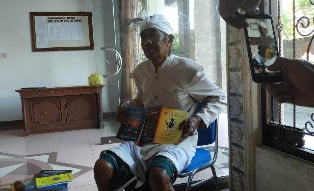 Pensiunan Guru Isi Harinya dengan Menulis Buku dan Langsung Dijual