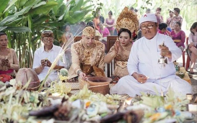 Hindu Tak Susah, Pengentin Beda Negara Nikah di Taman Prakerti Bhuana