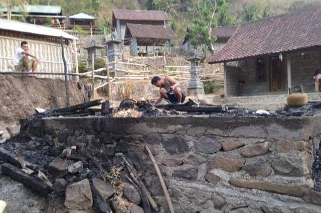 Diduga Akibat Dupa, Rumah Warga Abang Terbakar