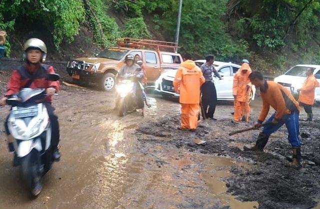 Tanah Dampak Banjir Debres Tutupi Jalan Bukit Sanghyang Ambu