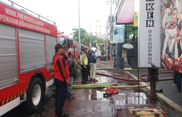 Diduga Korsleting, Terdengar Ledakan, Bar di Legian Terbakar