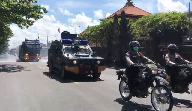 Polres Badung Semprot Disinfektan, Kapolres: Bandel akan Ditindak