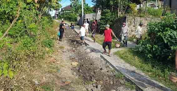 Bertahun Jalan Kabupaten Rusak, Warga Akhirnya Perbaiki Swadaya