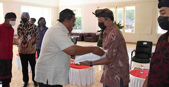 Ribuan Satgas Desa Adat Buleleng Digelontor Beras