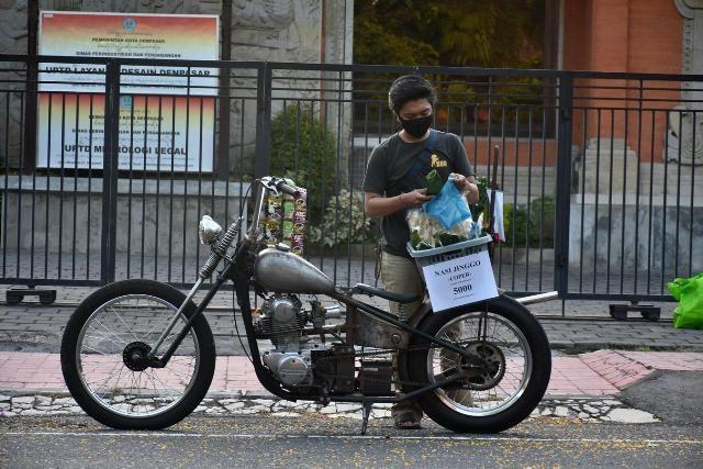 Warga Denpasar Jual Nasi Jinggo Pakai Chopper; Gratis Sambal Sepuasnya