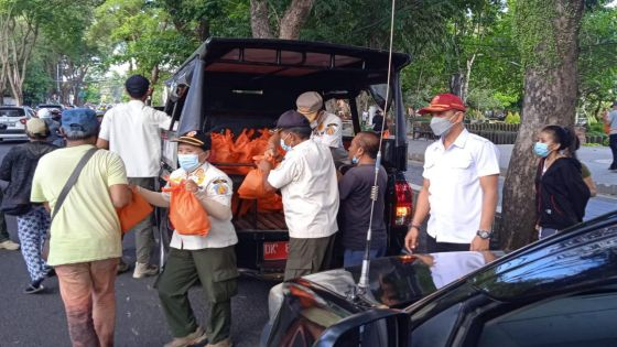 Selain Ingatkan Prokes, Satpol PP Bali Berikan Sembako Warga