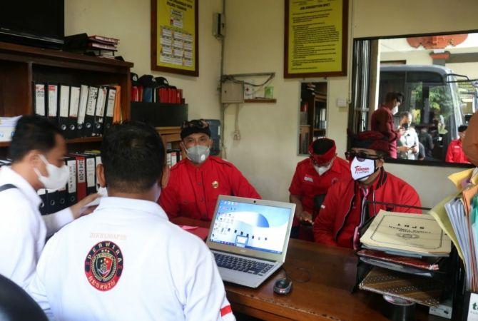 Sanjaya Pimpin DPC PDIP Tabanan Laporkan Belasan Akun Medsos