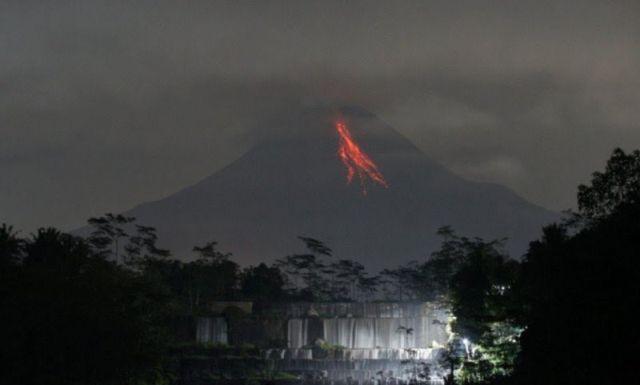Gunung Merapi Luncurkan Enam Guguran Lava Pijar Sejauh 1,5 Km