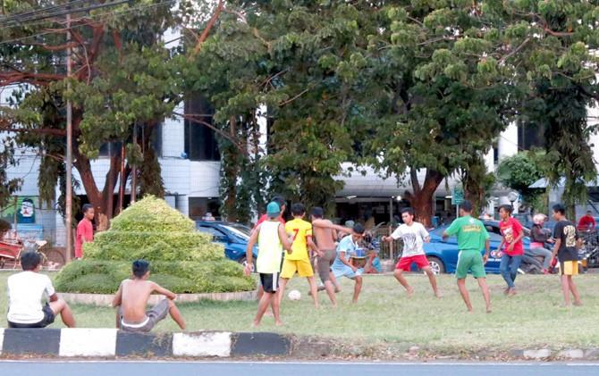 Bermain Bola di Median Jalan Kawasan Stasiun Semut.