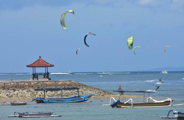 Enaknya Main Kite Surfing di Pantai Mertasari Sanur