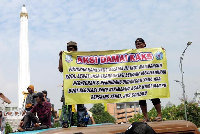 Demo Angkot Surabaya Tolak Angkutan Online
