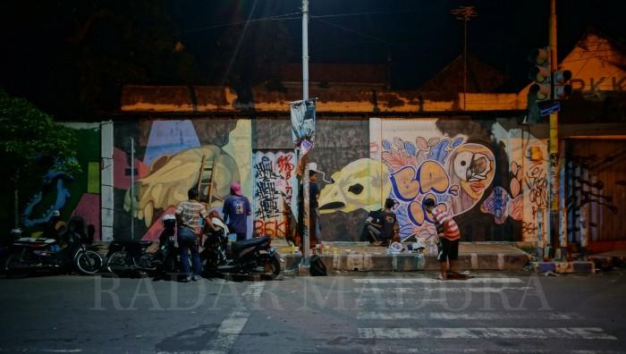 Aktivitas Para Komunitas Mural Bangkalan