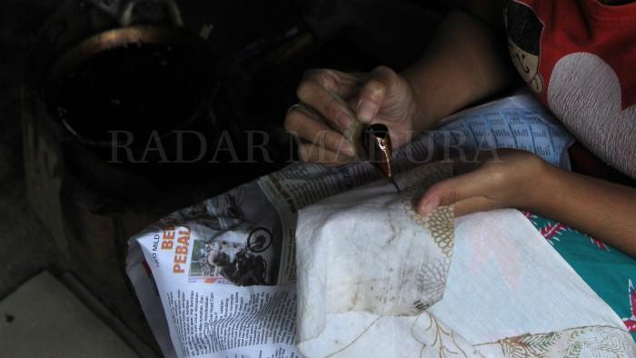 Batik Madura merupakan produk batik yang menjadi favorit kalangan pecinta batik, salah satu keunggulannya yakni dari segi warna dan corak yang khas.