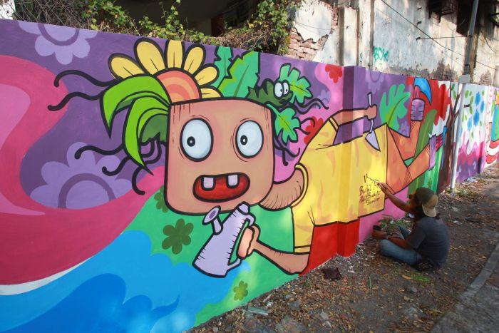 Percantik Stren Kalimas Gubeng dengan Mural Bertema Lingkungan