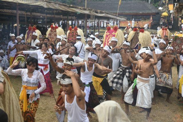 Ritual Daratan di Selumbung, Puluhan Warga Kerauhan