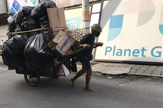 Pak Tua Dengan Gerobak Sampahnya