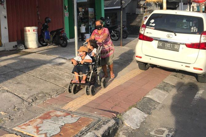 Mobil Makan Trotoar Bikin Pejalan Kaki Merana