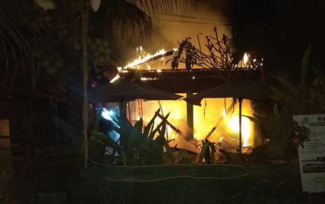 Restoran milik I Made Bendesa, 40 yang terletak di Desa Jungutbatu, Lembongan, Kecamatan Nusa Penida ludes terbakar, Minggu (27/8)