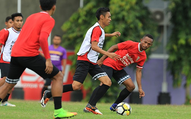 BATAL LAWAN FIJI: Kapten Bali United Fadil Sausu berlatih ringan bersama skuad Serdadu Tridatu. Fadil batal memperkuat timnas lawan Fiji Sabtu (2/9) lusa.