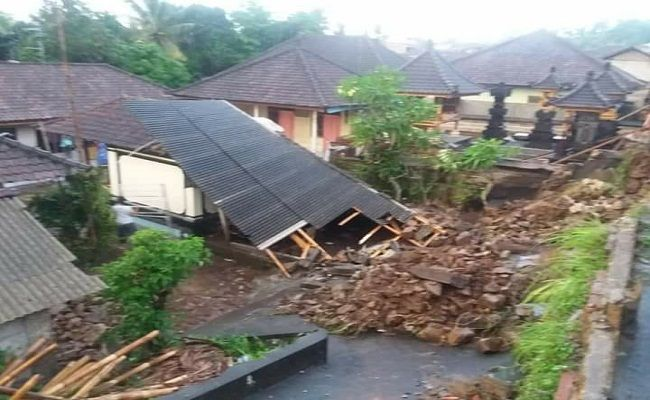 hujan lebat, kampung seni Gianyar, BPBD Gianyar, pohon tumbang, atap roboh, bencana banjir,