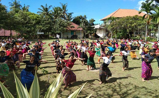 festival semarapura, ribuan siswa, latihan menari, tari telek jumpai