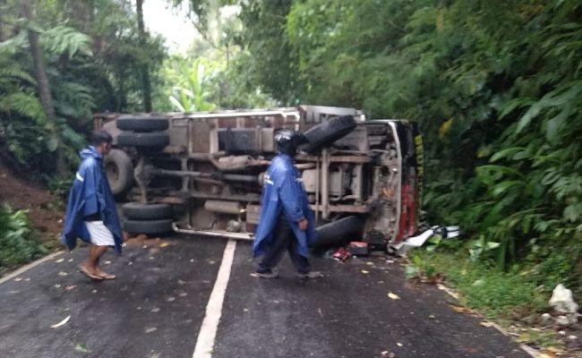 truk terguling, truk pakan ternak, kecelakaan lalulintas, Polsek Payangan, tutup jalan,